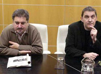 Jesús Eguiguren (izquierda) y Arnaldo Otegi, personajes clave en el proceso de diálogo, en una reunión mantenida en diciembre de 2004.