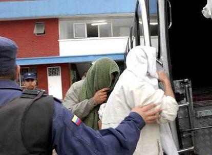Dos guerrilleros de las FARC son trasladados a la cárcel de Normandía, a unos 250 kilómetros al norte de Bogotá.