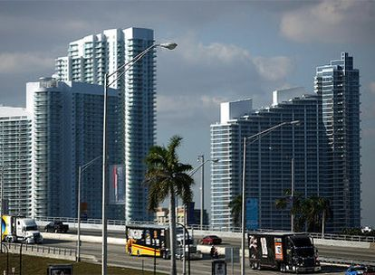 Panorámica del puente McCarthur Causeway que conecta Miami con South Beach.
