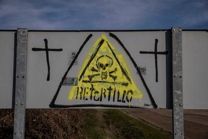 Pintada contra la mina de uranio de Retortillo (Salamanca).