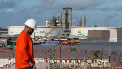 Un operario en una refinería de Pernambuco (Brasil)