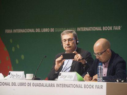Orhan Pamuk y Jorge Volpi durante la apertura del salon literario en el marco de la feria del libro de Guadalajara.