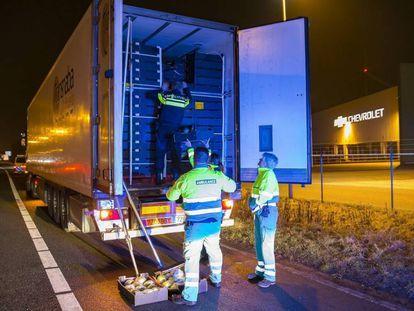 Imagen de archivo del camión que conducía un español en Holanda con nueve inmigrantes.