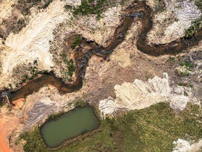 Área deforestada para la construcción de la represa de la hidroeléctrica de Sinop, Mato Grosso, Brasil.
