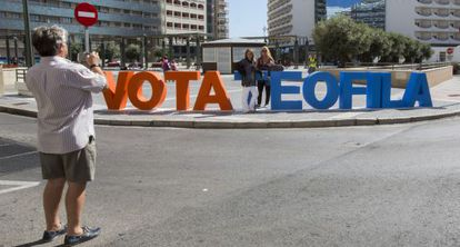 Unos vecinos se fotografían junto a las letras colocadas por el PP en Cádiz.