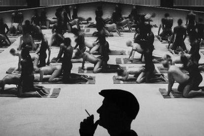 """El artista Santiago Sierra, durante una proyección de su vídeo <i>Los penetrados.</i> """"Probablemente sea pornografía"""", reconoce."""