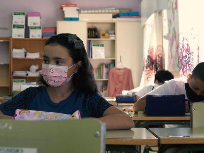 Alumnos en un aula del colegio público Reina Sofía, en el barrio de El Príncipe, en Ceuta.