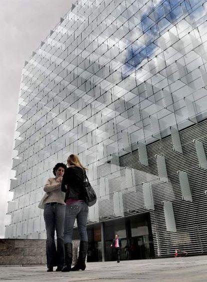 Dos mujeres conversan ante la sede de Telefónica en Las Tablas (Madrid).