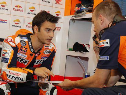 Dani Pedrosa charla con uno de sus técnicos durante el reciente gran premio de Italia.