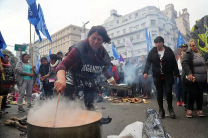 Una mujer prepara comida en Buenos Aires.