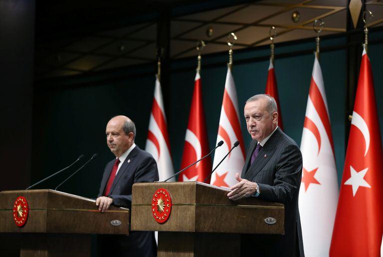 El presidente de Turquía, Recep Tayyip Erdogan (derecha), junto al nuevo presidente de la República Turca del Norte de Chipre, Ersin Tatar, durante una rueda de prensa en Ankara el 6 de octubre de 2020.