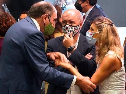 La ministra de Trabajo y Economía Social, Yolanda Díaz, conversa con el presidente de Iberdrola, José Ignacio Sánchez Galán (izquierda), y el secretario de CC OO, Unai Sordo, este miércoles en Madrid.