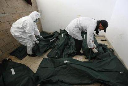 Cadáveres sin identificar, muertos durante las protestas de la última semana, en la morgue de un hospital de la ciudad libia de Bengasi.