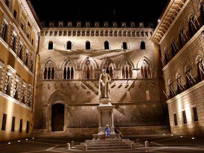 La plaza donde está la entrada a la sede central del Monte dei Paschi di Siena