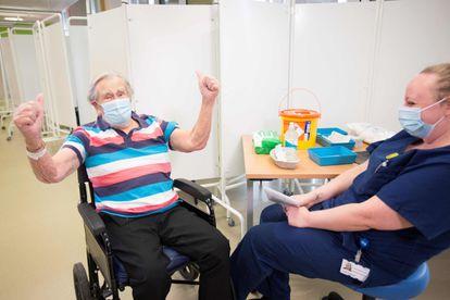 Un hombre, tras recibir la vacuna este martes en un hospital de Bristol.