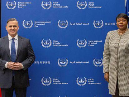 El fiscal general de Venezuela, Tarek William Saab, junto a la fiscal de la Corte Penal Internacional Fatou Bensouda este jueves en La Haya.