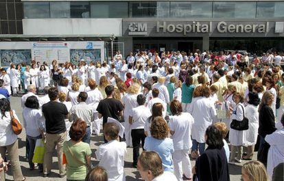 Concentración de trabajadores del Hospital La Paz contra los recortes regionales el pasado 11 de junio.