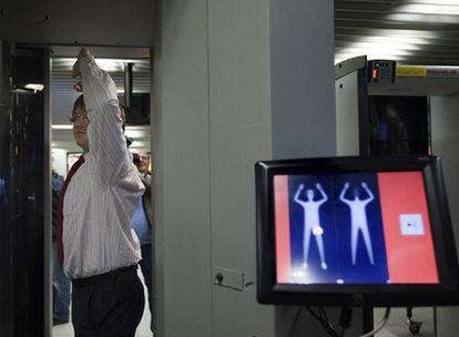 Las autoridades de EE UU han aumentado las medidas de seguridad tras el atentado fallido en el vuelo Ámsterdam-Detroit
