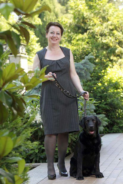 Nuala Gardner posa con un perro guía español.