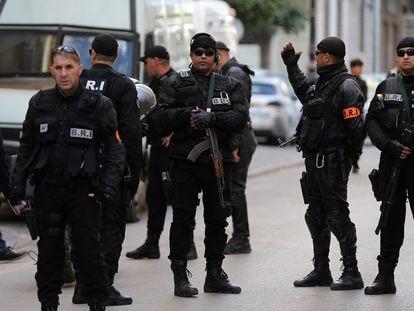 Agentes de las fuerzas de seguridad de Argelia, el pasado diciembre en Argel.