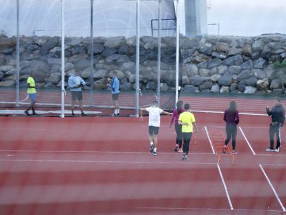 Varios deportistas entrenándose en el Centro Insular de Atletismo de Tenerife.