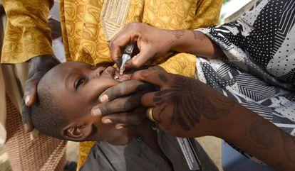 Una trabajadora sanitaria administra la vacuna de la polio a un niño durante una campaña de inmunización en Hotoro-Kudu, una localidad del distrito de Kano, en el noroeste de Nigeria, el 22 de abril de 2017
