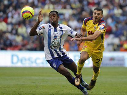Murillo y Martín disputan el balón.