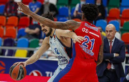 Kalinic intenta apartar a Clyburn durante el partido de la Euroliga entre el CSKA y el Valencia este jueves en Moscú.