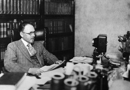 John R. Brinkley fotografiado en su despacho de Milford en 1930, justo después de que le revocasen su licencia médica.