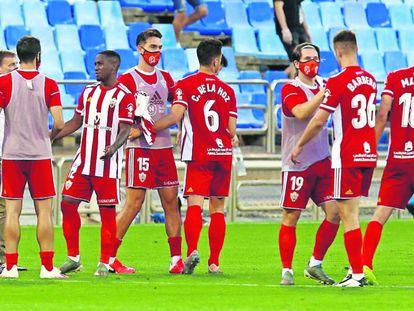 Jugadores del Almería tras un partido ante el Zaragoza.