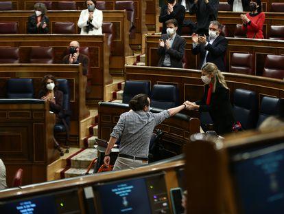 Madrid 24//03//2021 /// Congreso de los Diputados Pleno sesión de control al gobierno. En la foto, Pablo Igesias saluda a Yolanda Díaz. ///Foto Jaime García / Pool.