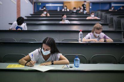 Varios alumnos se examinan de la selectividad, el pasado julio en la Universidad Politécnica de Cataluña.