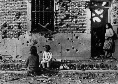 Fotografía de Robert Capa de Peironcely, 10 (1936), en Madrid.
