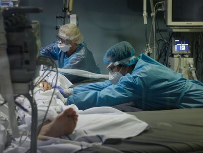 Personal sanitario atiende a un paciente con covid en el Hospital Universitario Nuestra Señora de La Candelaria, en Santa Cruz de Tenerife.