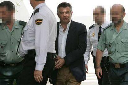 Juan Antonio Roca, custodiado por la policía y la Guardia Civil tras prestar declaración ante el juez, en mayo pasado.