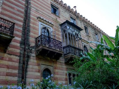 Ventanas sin protección en el tercio abandonado del Ayuntamiento de Sanlúcar, donde languidece una biblioteca egipcia que inspiró el emblema del Ejército del Aire.