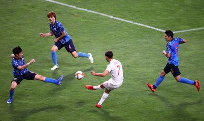 Asensio dispara ante tres rivales para marcar el gol de la victoria contra Japón.