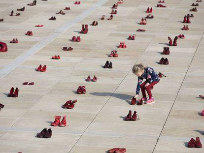 Zapatos rojos en Israel contra la violencia machista.
