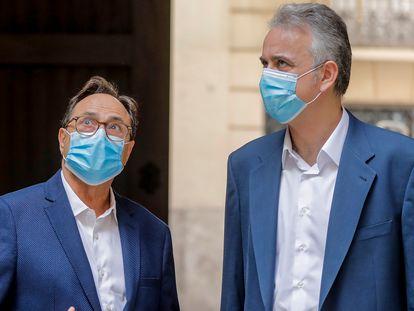 El consejero de Hacienda, Vicent Soler (i), y el vicepresidente segundo de la Generalitat Valenciana, Héctor Illueca (d), este jueves.