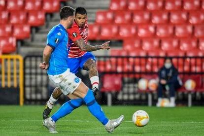 Kenedy dispara para hacer el segundo gol del Granada.