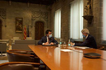 El presidente de la Generalitat, Pere Aragonès, acompañado este jueves por el consejero de Salud, Josep Maria Argimon.