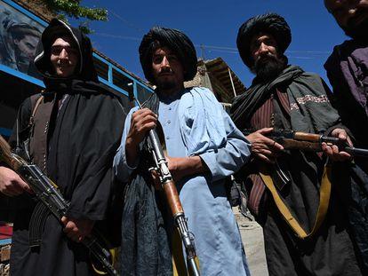 Guerrilleros talibanes posan para una fotografía frente a un mercado en el distrito de Khenj en Pashnir.