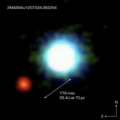 Primera fotografía de un planeta extrasolar (izquierda) en órbita de un astro (centro), separados por 55 veces la distancia de la Tierra al Sol (UA).