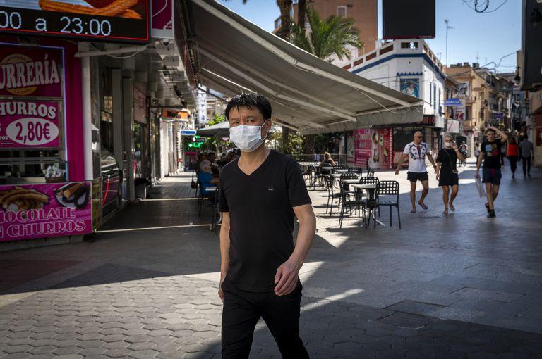 Un viandante con mascarilla, en una calle de Benidorm el 21 de mayo.