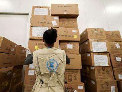 Una trabajadora del Programa Mundial de Alimentos organiza cajas en un almacén designado por las Naciones Unidas para ayuda humanitaria a África para combatir el brote de covid, en el Aeropuerto Internacional Bole en Addis Abeba (Etiopía) el pasado 14 de abril.