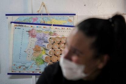 Marí'a, voluntaria en la Asociaci—ón de Vecinos de Lucero, en Latina, junto a algunos de los alimentos que almacenan para vecinos necesitados