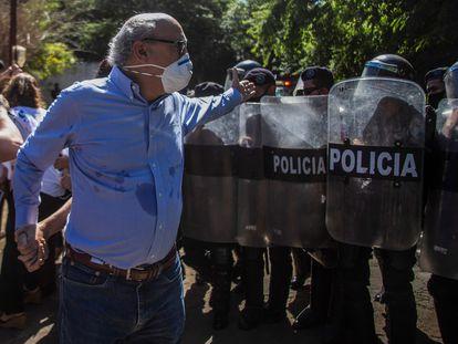 El periodista Carlos Fernando Chamorro es asediado por oficiales de policía en en diciembre de 2020, en Managua.