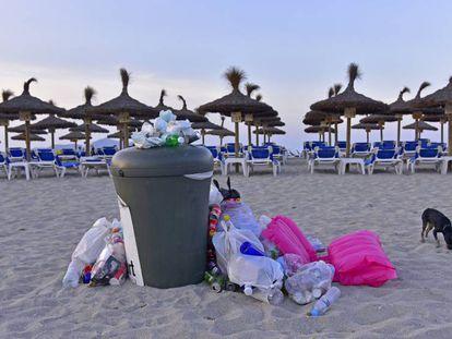 Basura acumulada en la Playa de Son Bauló (Santa Margarita, Mallorca).