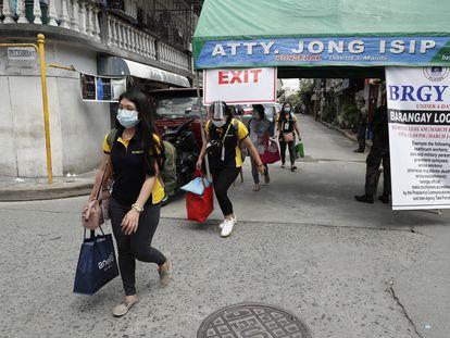 Residentes de Manila abandonan una zona confinada este jueves.