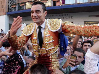 Paco Ureña, a hombros por la puerta grande de la plaza de Bilbao.